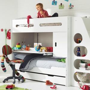 Jeśli do dyspozycji mamy niewielką przestrzeń, warto zainwestować w kompaktowe meble. Takie modele łączą w sobie funkcję biurka z łóżkiem, a nawet dwoma, przez co oszczędzamy cenną przestrzeń. Fot. Vartbaudet.