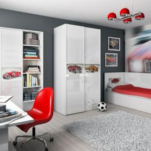 Pomysłowy pokój powinien odzwierciedlać pasje dziecka. Przestrzeń fana motoryzacja można wyposażyć w meble z kolorowymi samochodami na frontach. Aranżację dopełni fototapeta z ulubionym modelem auta. Fot. Miretto.