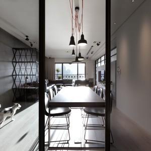Poszczególne funkcje w strefie dziennej zlokalizowano w jednym rzędzie. Kuchnię skryto w kubiku, schowanym za jadalnią i zamykanym przeszklonymi drzwiami. Projekt: Circle Huang i Gina Chou. Fot. Hey! Cheese.