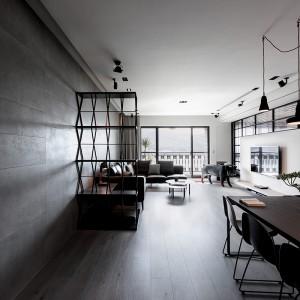 Strefa dzienna obejmuje kącik wypoczynkowy, sąsiadujący bezpośrednio z oknem, na przeciwko którego usytuowano panel telewizyjny oraz duży stół jadalniany. Projekt: Circle Huang i Gina Chou. Fot. Hey! Cheese.