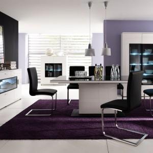 Meble do jadalni z kolekcji Corano zwracają uwagę nowoczesnym, minimalistycznym designem, bielą w wysokim połysku oraz atrakcyjnymi przeszkleniami. Aranżację jadalni można uzupełnić o prosty i zarazem wytworny stół kolumnowy FIN S1001, zapewniający dużo wygodnego miejsca do spożywania posiłków i spędzenia czasu. Fot. Bydgoskie Meble.