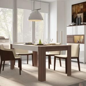 Kolekcja mebli jadalnianych Alvaro to nowoczesna, minimalistyczna forma i dwukolorowe elementy. Połączenie bieli z ciepłym kolorem drewna, zamknięte w oszczędną stylistykę prezentuje się nad wyraz elegancko. Fot. Meble Wójcik.