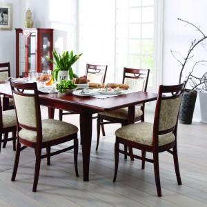 Zestaw mebli do jadalni Rafael w naturalnej okleinie czereśniowej i delikatnie klasycyzującej formie. Wprowadza do jadalni elegancki, lekko tradycyjny charakter. Fot. Kler.