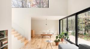 Typowy parterowy dom z lat 90-tych został zmieniony w imponujący, nowoczesny budynek z równie efektownym wnętrzem. Zobaczcie sami.
