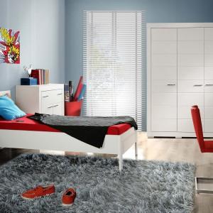 Zestaw z kolekcji Snow, dostępny w sklepie internetowym TwojeMeble.pl, to idealna propozycja do sypialni singla. oprócz tradycyjnych elementów komplet zawiera także biurko, które umożliwia zorganizowanie miejsca do pracy. Cena: ok. 3.600 zł. Fot. TwojeMeble.pl.