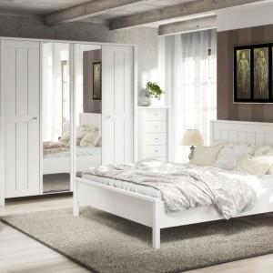 Sypialnia Villa doskonale nadaje się do aranżacji wnętrza w stylu skandynawskim. Prezentuje się lekko i nada wnętrzu modny styl. Fot. Marmex.