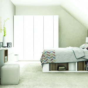 Nowoczesna sypialnia z serii 4 You marki Vox bazuje na skandynawskiej estetyce afirmującej biel. Łóżko z praktycznymi półkami, bezuchwytowe rozwiązania. Fot. Meble Vox.