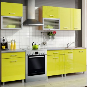 Zestaw mebli kuchennych Fiona w energetyzującym kolorze limonka. Jest to propozycja dla osób ceniących sobie modułowość rozwiązań, gdyż zestaw można dowolnie komponować, dodając kolejne elementy. Tutaj wersja na jedną ścianę. Fot. Leroy Merlin.