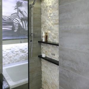 Tradycyjny brodzik zastąpił odpływ w podłodze, dzięki czemu łazience nadano nowoczesny rys. Projekt: Małgorzata Mazur. Fot. Bartosz Jarosz.