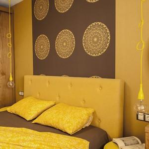 Żółte jest tapicerowane wezgłowie łóżka, stolik nocny oraz oploty żarówek w żółtych oprawach. Projekt: Antonia Saranedelcheva. Fot. Yana Blazeva.