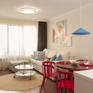 Z poziomu kuchni, jadalni oraz salonu można oglądać ulubiony program telewizyjny. Strefa dzienna integruje wszystkie funkcje i jest idealna na potrzeby osoby mieszkającej w pojedynkę. Projekt: Antonia Saranedelcheva. Fot. Yana Blazeva.