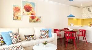 """""""Uwielbiam kolory!"""" - to jedno zdanie wypowiedziane przez właścicielkę małego, 42-metrowego mieszkania zainspirowało architekt do stworzenia wnętrza, zatopionego w feeri barw."""