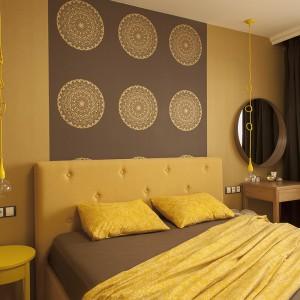 Sypialnię opanowały kolory jesieni - różne odcienie żółci spotykają się tutaj z kolorami ziemi. Nad wezgłowiem łóżka sypialnię zdobi sześć dekoracyjnych mandali. Projekt: Antonia Saranedelcheva. Fot. Yana Blazeva.