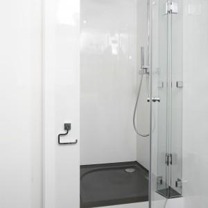 Prysznic ulokowano we wnęce, która w tej roli spisała się znakomicie. Projekt: Katarzyna Uszok. Fot. Bartosz Jarosz.