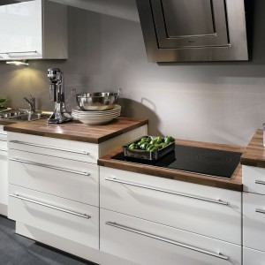 Dostosowanie wysokości blatu do wzrostu użytkownika zapewnia wygodę podczas gotowania. To ważne zwłaszcza dla niskich osób. Na zdjęciu:  meble kuchenne zprogramu IP4500 marki Impuls; zblatem oobniżonej wysokości. Fot. Impuls Kuechen.