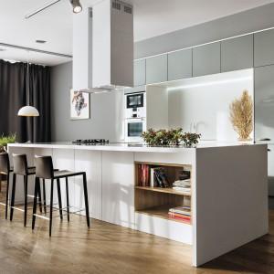 Duże kuchnie otwarte na salon doskonale prezentują się zwyspą. Może ona stanowić nie tylko miejsce do przygotowywania posiłków, ale też być alternatywą dla stołu. Na zdjęciu: kuchnia marki Vigo. Fot. Pracownia Mebli Vigo.