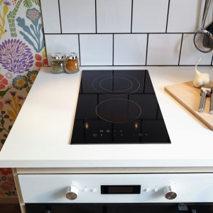 Małe kuchnie nie mają zwykle wiele miejsca na dużą płytę grzewczą. Aby nie ograniczyć  przestrzeni roboczej, warto wybrać niewielki model. Na zdjęciu: płyta ceramiczna domino Moejlig marki IKEA. Fot. IKEA.