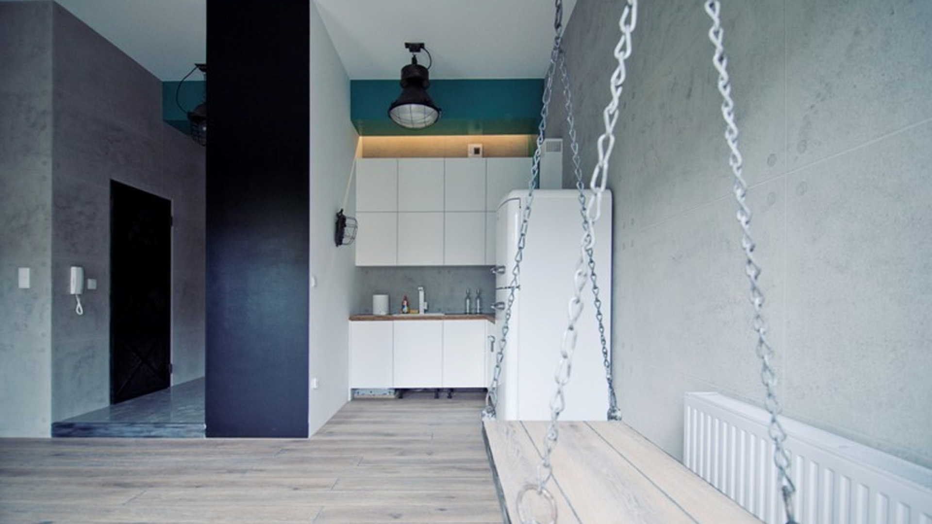 Mieszkanie Mateusza Tumasa zostało urządzone bardzo oszczędnie, w  minimalistycznym stylu. Trochę miejsca pozwoliło zaoszczędzić wykorzystanie antresoli, która znalazła się w części dziennej. Fot. Materiały prasowe
