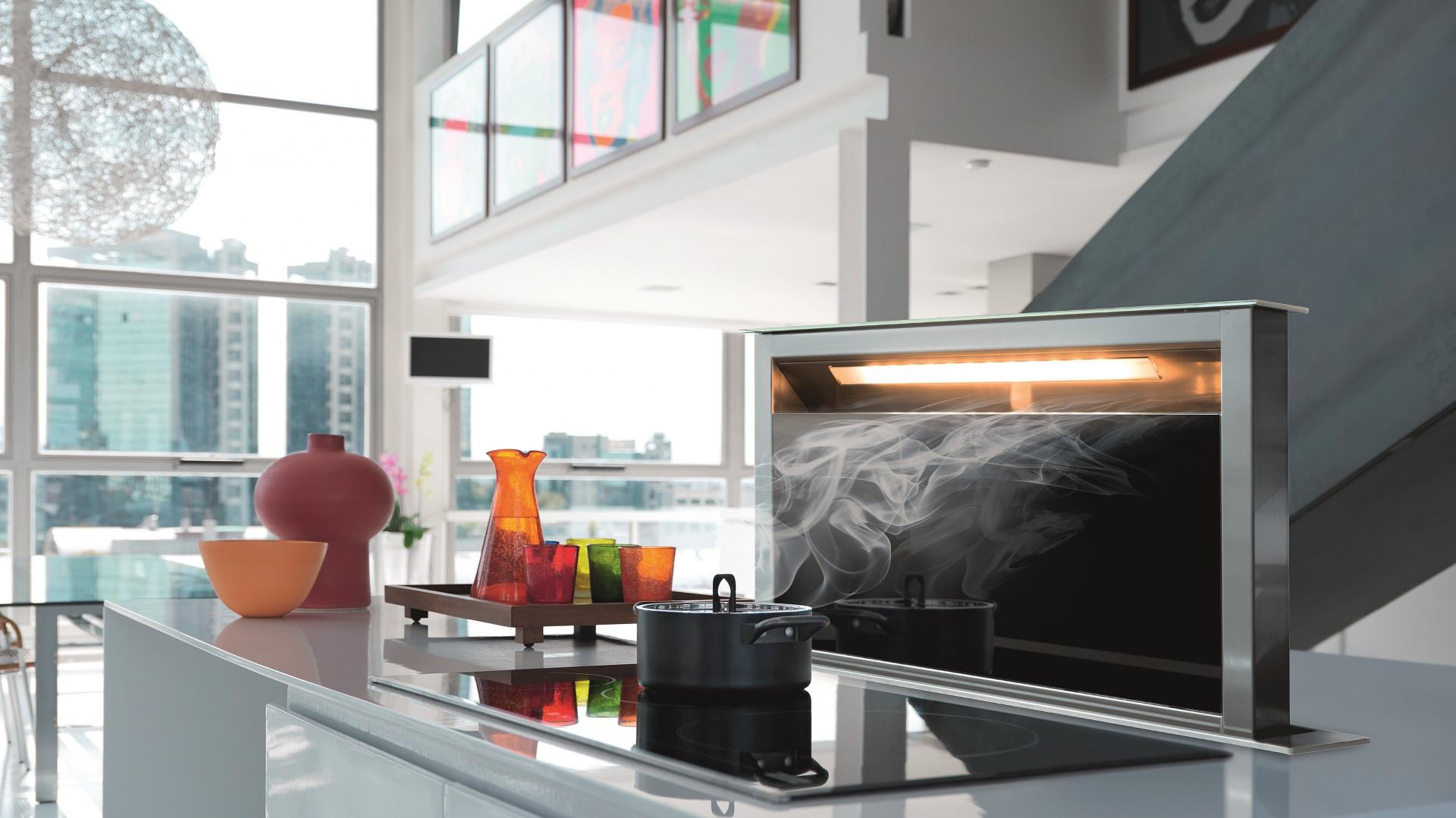 Okap Downdraft montowany jest w blacie kuchennej wyspy. Fot. Franke.