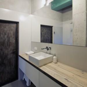 Wnętrze urządzono z dużą konsekwencją. W łazience postawiono na paletę takich samych kolorów, jak w strefie dziennej. Fot. RED Real Estate Development.
