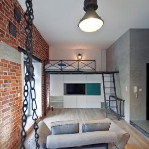 Oświetlenie w mieszkaniu to industrialne lampy, pochodzące ze starych budynków: pofabrycznym hal i szop. Fot. RED Real Estate Development.