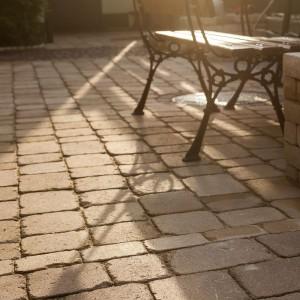 Postarzana kostka brukowa Roma w ciepłym, piaskowym kolorze idealnie sprawdzi się w romantycznych aranżacjach ogrodów rustykalnych. Fot. Buszrem.