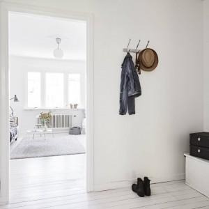Biel całkowicie zdominowała aranżację tego wnętrza. Białe są tutaj ściany, sufit i podłogi. Fot. Stadshem.se/Janne Olander.