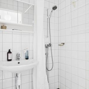 Biała jest również łazienka, w której znajduje się prysznic oraz umywalka. Fot. Stadshem.se/Janne Olander.