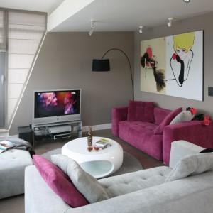 Ekspresyjny kolor fuksji w salonie został pięknie podkreślony przez chłodne spokojne szarości. Projekt: Małgorzata Borzyszkowska. Fot. Bartosz Jarosz.