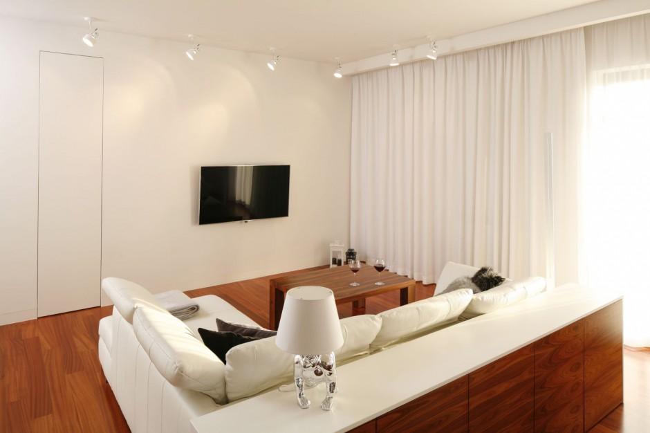 Duża sofa, kawowy stolik,...  Podłoga w salonie. 15 pięknych aranżacji w drewnie  Strona: 7
