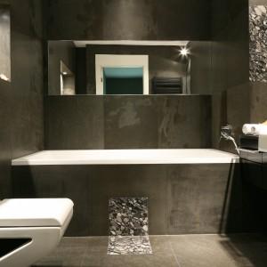 Ceramikę sanitarną - umywalkę oraz sedes - wybrano ze słynnej już serii La Fontana marki Art Ceram. Czarna wstawka w bocznej części sedesu idealnie pasuje do tej aranżacji. Fot. Bartosz Jarosz.