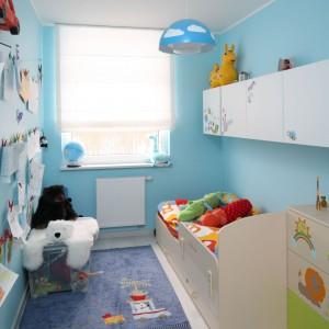 Aby wąski pokój w bloku wydawał się większy, ściany pomalowano farbą w jasnym, błękitnym kolorze, który wprowadza swoistą lekkość. Wnętrze wyposażono w meble w kolorze bieli oraz jasnego drewna. Projekt: Anna Maria Sokołowska. Fot. Bartosz Jarosz.