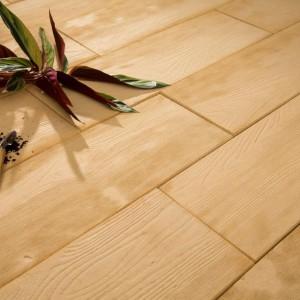 Deska ogrodowa - świeże drewno. Fot. Bruk-Bet.