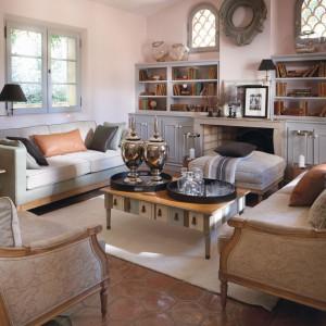 Meble z kolekcji Trianon produkowane są we Francji przez tamtejszych rzemieślników przy użyciu tradycyjnych technik. Rodzaj wykończenia dobierany indywidualnie – tkanina, kolor drewna i stopień postarzenia powierzchni. Fot. Grange.