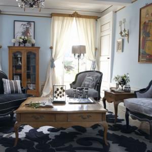Salon Pompadour to kwintesencja klasyki. Bogato zdobione drewniane meble na lekkich giętych nóżkach doskonale komponują się ze stylowymi siedziskami. Fot. Grange.