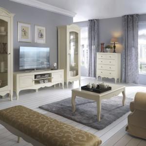 Anabella to lekka stylistycznie kolekcja, która swoim wzornictwem i dekoracyjnością nawiązuje do słonecznej Prowansji. Fantazyjne krzywizny, ozdobne frezy i charakterystycznie wygięte nóżki sprawiają, że kolekcja wprowadzi klimatyczny nastrój do każdego salonu. Fot. Bydgoskie Meble.