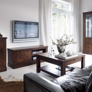 Scalo to meble prostolinijne, powściągliwe, w których nawiązania do tradycji oswajają nowoczesność. Piękna i kunsztowna jest ich forma eksponująca urok naturalnego drewna. Fot. Kler.