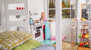 Jak urządzić wspólny pokój dla dziewczynki i chłopca w wieku przedszkolnym? Zobaczcie pomysłowe wnętrze stworzone przez rodziców z pasją.