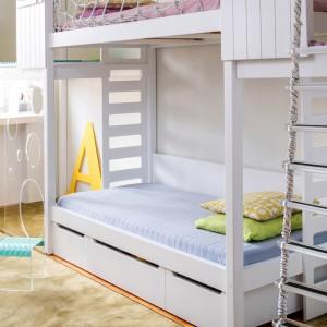Aranżację wnętrza oparto na połączeniu dwóch różnych materiałów: drewna w postaci m.in. łóżka piętrowego oraz plexi. Te wytrzymałe tworzywa miały być gwarancją atrakcyjnego wyglądu oraz wysokiej jakości na lata. Fot. Uccoi.