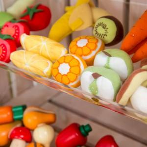 Młodzi gospodarze lubią bawić się w sklep. W tym celu stworzono niewielki regał z półkami, na których pięknie prezentują się plastikowe owoce. Fot. Uccoi.