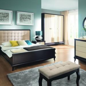 Kolekcja Laviano marki Bydgoskie Meble skupia w sobie klasykę i nowoczesność. Połączenie naturalnej okleiny i subtelnej formy z wysokim połyskiem frontów, przeszkleń oraz metalowych detali sprawia, że sypialnia zyskuje szykowny wygląd. Fot. Bydgoskie Meble.