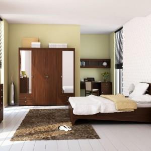 Meble z kolekcji Meris marki Szynaka pomogą stworzyć elegancką, klasycyzującą aranżację w ciepłym kolorze. Elementem wyróżniającym zestaw są łagodne wycięcia zdobiące łóżko. Fot. Szynaka Meble.