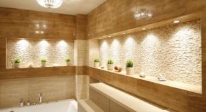 Łazienka to pomieszczenie, w którym światło jest szczególnie cenne i przydatne. Wnętrze, w którym zwykle nie ma okna, pomogą rozjaśnić odpowiednie materiały i kolory oraz dobrze dobrane oświetlenie.