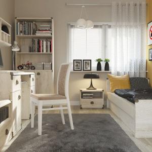 Sosnowe biurko z kolekcji Indiana marki Black Red White to uniwersalny model, pasujący zarówno do pokoju dziewczynki, jak i chłopca. Charakteru dodają metalowe okucia kantów oraz uchwyty. Fot. Black Red White.