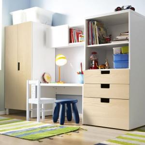 Niskie biurko marki IKEA to idealna propozycja dla przedszkolaków i najmłodszych uczniów. Z uwagi na fakt, że model nie ma szuflad ani kontenera, dobrze jest ustawić w jego sąsiedztwie szafkę lub regał. Fot. IKEA.