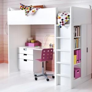 Niewielkie, białe biurko marki IKEA to znakomita propozycja do małego pokoju. Z powodzeniem zmieści się pod łóżkiem na antresoli. Praktyczny kontener z szufladami ułatwi utrzymanie porządku w przyborach szkolnych, książkach czy zeszytach. Fot. IKEA.