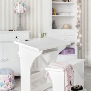 Oryginalne biurko z siedziskiem przypominające klęcznik, pomoże utrzymać prostą sylwetkę podczas pisania czy rysowania. Z uwagi na dość mały blat model marki Tom Mebel najlepiej sprawdzi się w pokoju przedszkolaka czy pierwszoklasisty. Fot. Tom Mebel.