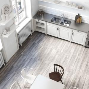 Długie, prostokątne płytki Botania są tak cieniowane, aby wyglądem nawiązywać do efektu postarzanego drewna. Fot. Roca Tiles.