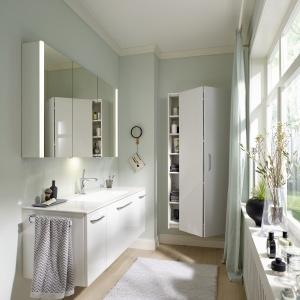 Kolekcja Sys30  Budrgbad to szafki podumywalkowe, wiszące z lustrem i słupki oferujące miejsce do przechowywania. Fot. Burgbad.