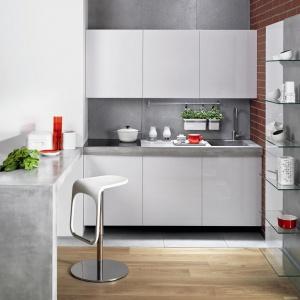 Blat kuchenny z betonu architektonicznego idealnie wpisuje się w przestrzeń nowoczesnych kuchni, zwłaszcza tych w stylu loft. Materiał umożliwia również wyżłobienie w płycie komory zlewozmywaka. Fot. Morgan & Moeller.